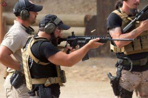enrique oliva disparando en el curso avanzado de polonia de armas de fuego y krav maga