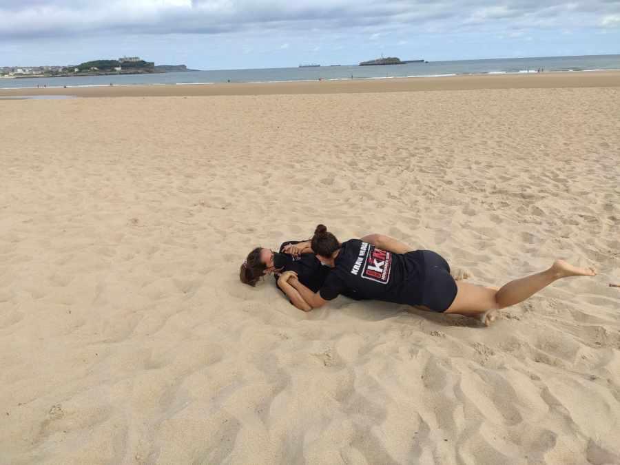 nuestras chicas grappling playa cantabria krav maga